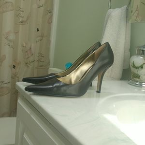 Great pair of previously loved Nine West pumps